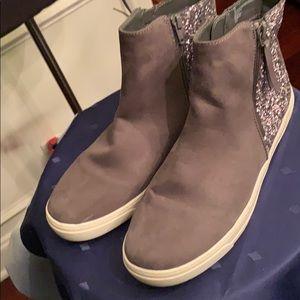Justice gray sneaker size 9 heel has glitter.
